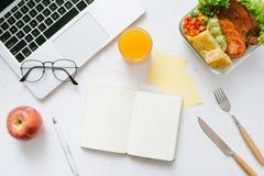 Mat i kontoret Sund lunch för arbete arkivfoton