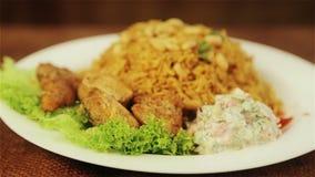 Mat, kokta ris med kött och jordnötter Arabisk pilaff med köttsås och jordnötter stock video