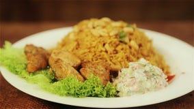 Mat, kokta ris med kött och jordnötter Arabisk pilaff med köttsås och jordnötter arkivfilmer