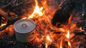 Mat lagas mat på brasan i en kruka lager videofilmer