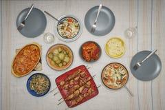 Mat maträtt, saftig kebab som äter middag, matställe, tabell, mål, lunch, kokkonst, platta som är olik royaltyfri fotografi