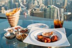 Mat, mellanmål och stekt kyckling, takstång i Bangkok, Thailand Arkivfoto