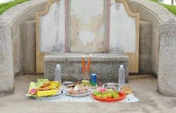 Mat och drink för erbjudande förfader på kinesisk kyrkogård i den Quingming festivalen Arkivbild