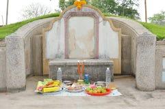 Mat och drink för erbjudande förfader på kinesisk kyrkogård i den Quingming festivalen Fotografering för Bildbyråer