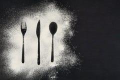 Mat- och matlagningbegreppsbakgrund för bästa sikt Symboler på den svarta svart tavlan med kopieringsutrymme Royaltyfri Bild