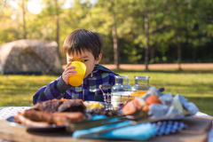 Mat och unge royaltyfri fotografi