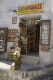 Mat och vin shoppar i Monte Sant ` Angelo, Puglia, Italien Royaltyfria Foton