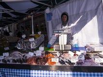 Mat på försäljning på bönder marknadsför i Lancaster England i mitten av staden arkivfoton