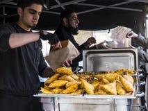 Mat på veckobönderna marknadsför i Lancaster England i mitten av staden arkivfoto
