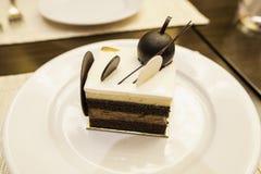 Mat pläterad kaka, sikt från över, choklad varvad kaka för svart skog Arkivfoto