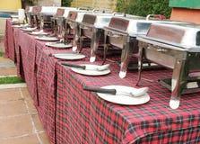 Mat, platta och sked dekorerat klart för att äta i en restaurang Royaltyfria Foton