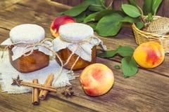 Mat sk?rd, p? burk frukt Hemlagat driftstopp för kryddigt persikadriftstopp i en exponeringsglaskrus av nya mogna frukter som är  arkivfoton