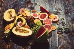 Mat som är rik i naturliga vitaminer på trätabellen Mat för vegetarian bantar arkivbild