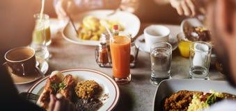Mat som äter begrepp för restauranggemenskapkafé arkivbilder