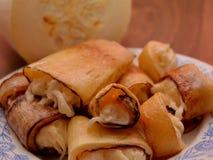 Mat som bakades, plattan, bakelse, mål, höna, stekte, sötsaken, mellanmålet, frukosten, pajen, kött, bröd, efterrätten, lunch, ba Arkivfoton
