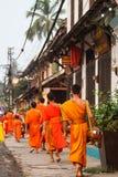 Mat som erbjuder till en munk i morgonlouangprabang Royaltyfri Fotografi