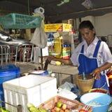 mat som förbereder den thai säljaren Royaltyfri Fotografi