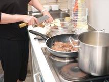 mat som förbereder kvinnan royaltyfri fotografi