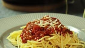 Mat som utformar och lagar mat spagetti som är bolognese i köket stock video