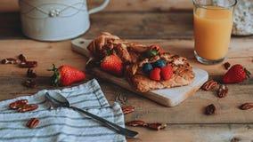 Mat som utformar söt bakelse med frukt på träplankorna fotografering för bildbyråer