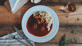 Mat som utformar tomatsås med pasta på träplankorna royaltyfri bild
