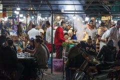 Mat stannar på fyrkantiga Jemaa el Fna i Marrakech Royaltyfria Bilder