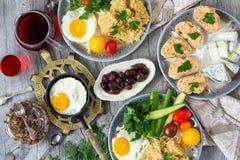 Mat sund frukost, havregröt, ägg, grönsaker, smörgåsar med kaviaren Arkivbild