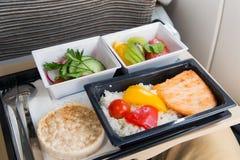 Mat tjänade som i en passagerarflygplan arkivbilder