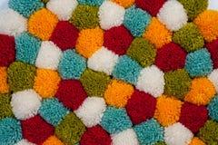 Mat van pompons van multi-colored met de hand gemaakt garen worden gemaakt dat royalty-vrije stock foto
