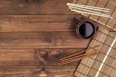Mat voor sushi en eetstokjes op houten achtergrond royalty-vrije stock foto's