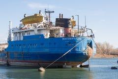 Mata skytteln Volgoneft 128 som förtöjas i skeppsdockan av Royaltyfria Foton