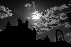 Matadero大厦剪影和巨型弗累斯大转轮马德里 免版税库存图片