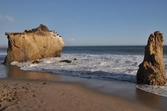 Matador Beach do EL com duas rochas Imagem de Stock Royalty Free