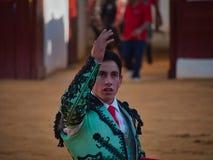Matador, der sein Publikum nach Stierkampf grüßt stockbild