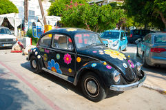 MATALA, КРИТ 22-ОЕ ИЮЛЯ: Volkswagen Beetle в деревне Matala на 22,2014 -го июля на острове Крита, Греции Стоковые Фото