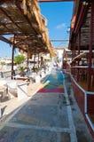 MATALA, CRÈTE 22 JUILLET : Rue colorée dans le village de Matala en juillet 22,2014 sur l'île de Crète, Grèce Matala est un villa Photo stock