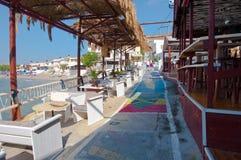 MATALA, CRÈTE 22 JUILLET : Rue et restaurant colorés dans le village de Matala en juillet 22,2014 sur l'île de Crète, Grèce Matal Image stock