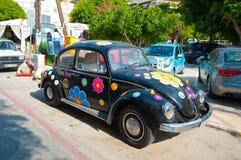 MATALA, CRÈTE 22 JUILLET : Volkswagen Coccinelle dans le village de Matala en juillet 22,2014 sur l'île de Crète, Grèce Photos stock