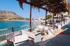 MATALA CRETE-JULY 22: Lokal restaurang i den Matala byn på Juli 22,2014 på ön av Kreta, Grekland Matala är en bylocat Fotografering för Bildbyråer