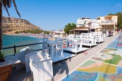 MATALA CRETE-JULY 22: Matala gata och kust på Juli 22,2014 på ön av Kreta, Grekland Matala är en by lokaliserade 75 km så Royaltyfria Foton