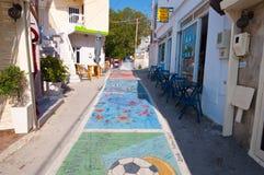 MATALA, 22 KRETA-JULI: Matalastraat op 22,2014 Juli op het Eiland Kreta, Griekenland Matala is een dorp gevestigd 75 km-zuidweste Royalty-vrije Stock Afbeeldingen