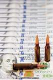 Matança e assassinato de contrato para o conceito do dinheiro Balas no dólar Fotografia de Stock