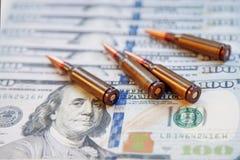 Matança e assassinato de contrato para o conceito do dinheiro Balas no dólar Imagens de Stock Royalty Free
