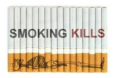 Matanças de fumo, cigarros no fundo branco Foto de Stock