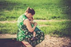 Matande bröst för moder hennes pojke utomhus royaltyfria foton