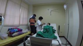 Matande dotter för modersked i säng arkivfilmer