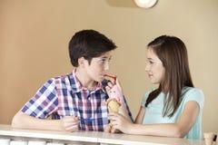 Matande jordgubbeglass för flicka till brodern In Parlor Royaltyfri Fotografi