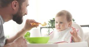 Matande mat för lycklig fader som behandla som ett barn dottern stock video