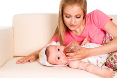 matande mom för dotter Royaltyfri Bild