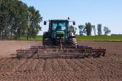 Matando as ervas daninhas com um cultivador Imagem de Stock